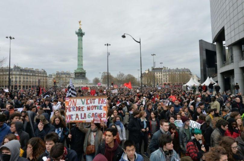886660-des-manifestants-opposes-a-la-loi-travail-le-9-avril-2016-place-de-la-bastille-a-paris